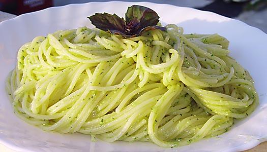 Σπαγγέτι με σάλτσα πέστο